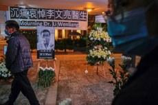 2020年2月7日,香港市民為武漢市中心醫院眼科醫生李文亮舉行悼念活動。(路透社)