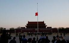 北京天安門廣場及全國各政府機關於4月5日早上下半旗,為新冠疫情死難者致哀。(路透社)