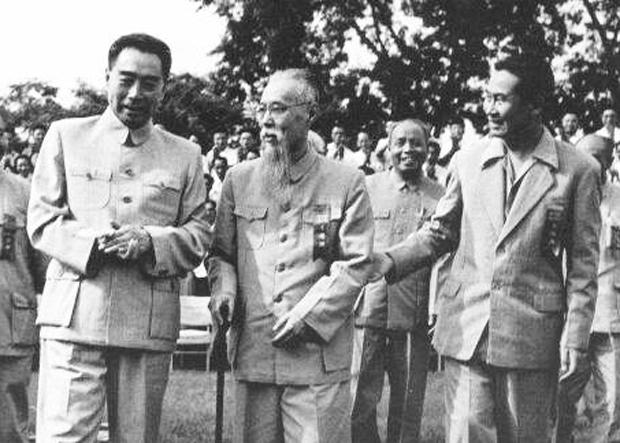 1956年,周恩來、馬敘倫和馬思聰(右一)在中南海懷仁堂後院。(維基百科資料圖片)