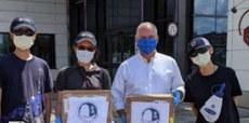 流亡港人与新香港文化协会,联同保守党党魁Mr. O'toole到Montreal疫情重灾区,派发在「国难中医」购买的口罩,让加国人知道流亡港人会回献社会。(新香港文化协会提供)