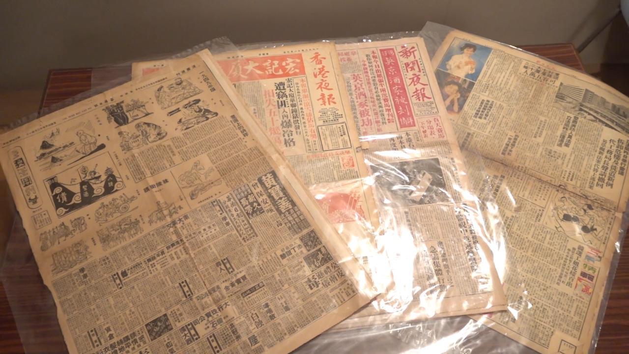 尊子工作室收藏不少香港昔日報章,見證香港政治漫畫歷史。(張展豪 攝)