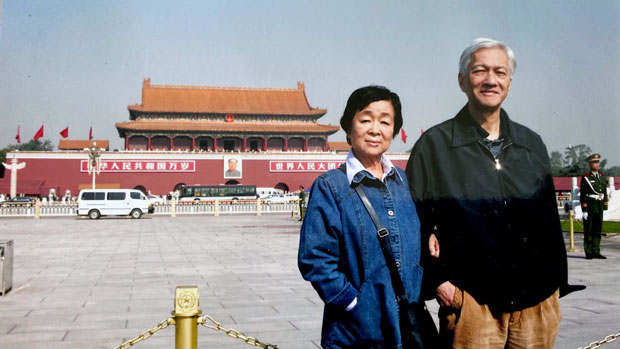 李怡與太太梁麗儀。(受訪者提供)