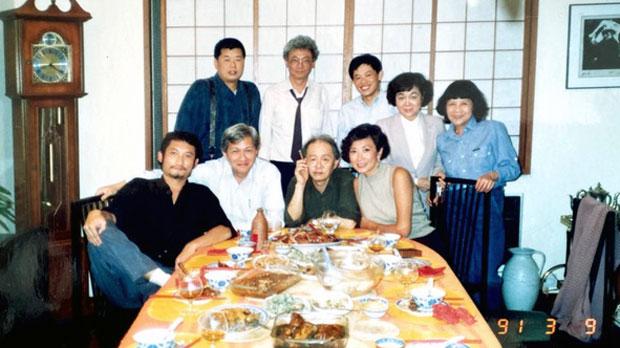 李怡(前左二)與黎智英(後左一)相識於九十年代。(受訪者提供)