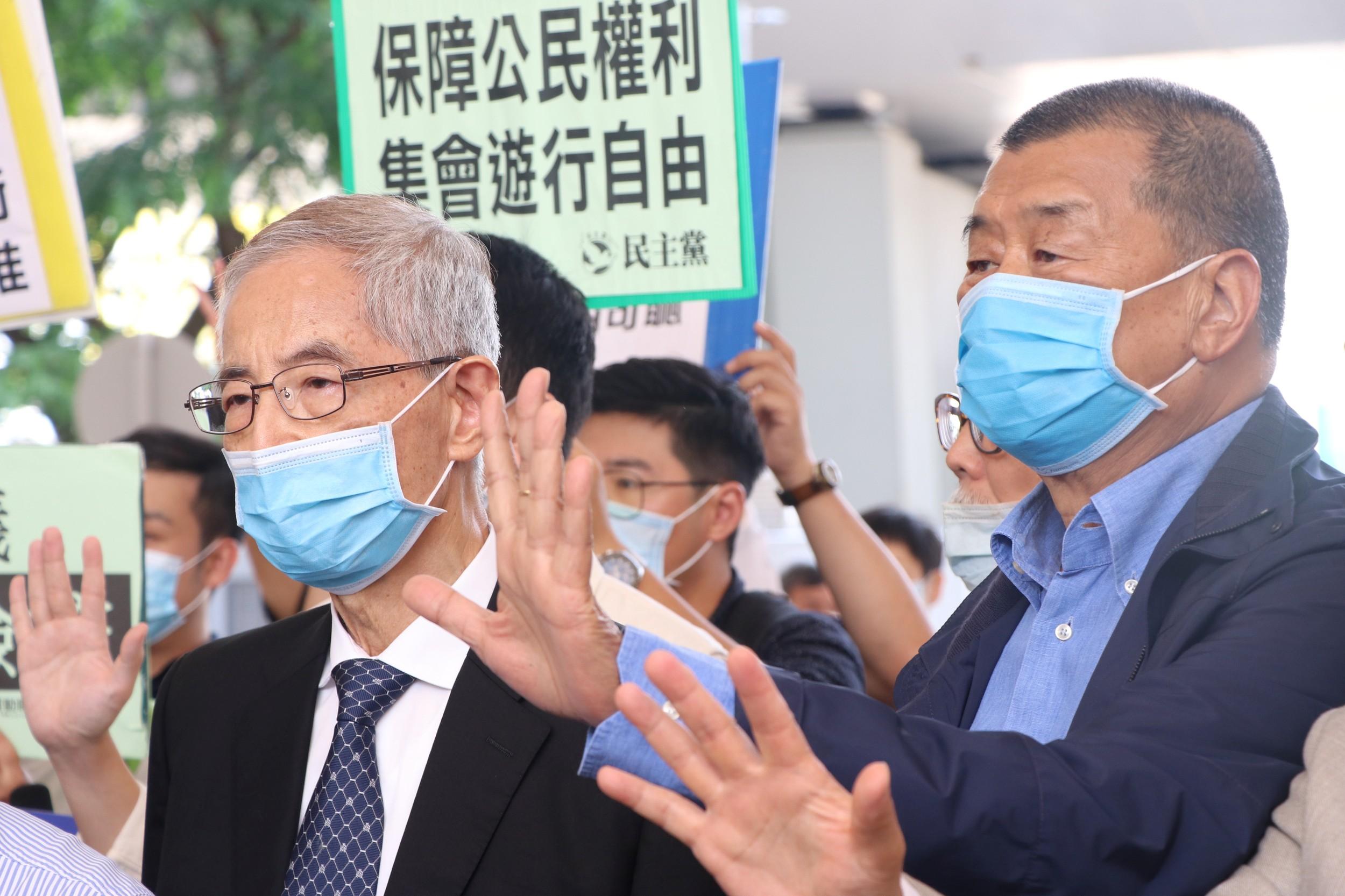 2020年5月18日,香港民主黨創黨主席李柱銘(左)和壹傳媒集團創辦人黎智英(右)等15名民主派人士被檢控,案件在西九龍裁判法院提堂。(路透社)