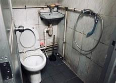 2019年5月7日,在劏房單位,約20人需共用一間狹窄的洗手間。(李弘音 攝)