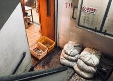 2019年5月6日,不少劏房以下的樓層是食肆,雜物置於樓梯通道,導致衛生及安全問題。(李弘音 攝)