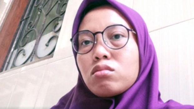 在香港工作逾10年的印尼女傭兼業餘作家Yuli Riswati疑因發表香港反修例運動報道後,被香港入境處遣返印尼。(視像電話截圖)