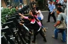 受害者家長到衛生主管部門抗議,被拒之門外。(家長提供/拍攝時間不詳)