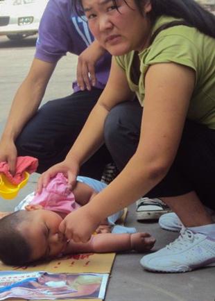 2013年,因注射了有質量問題疫苗出現異常反應的孩童遍及全國各地,家長為了討一個公道四出叩門。(家長提供)
