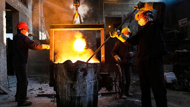 圖為浙江杭州一間鋼鐵廠,在疫情之下決定復工。(路透社)