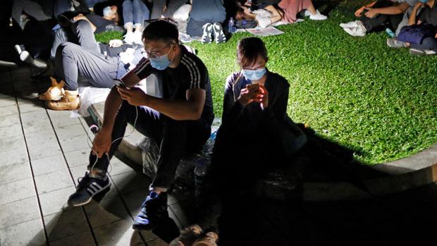 2019年6月12日,香港示威者在「反送中」运动中利用智能手机收发资讯。网上讨论区连登及即时通讯软件Telegram在这次运动中扮演重要角色,并因此多次遭受网络攻击。(美联社)