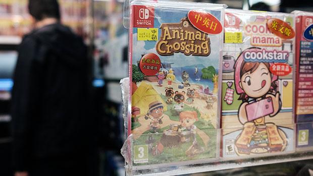 2020年4月10日,香港一家機鋪當眼處擺放著任天堂《集合啦!動物森友會》(左)的遊戲光碟。(法新社)
