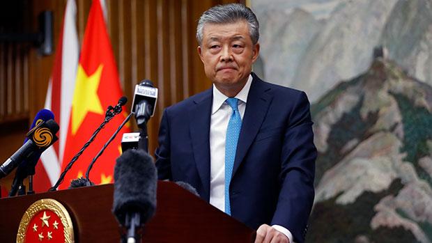2020年2月6日,中國駐英大使劉曉明在一場記者會上回應新冠疫情相關問題。道貌岸然的劉曉明近日被曝在其官方認證推特帳號上點讚色情內容。(法新社)