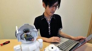 2013年7月8日,日本工程师翔太石渡展示他利用单板电脑「树莓派」发明的一款小型机器人。IBM近期揭发,有黑客利用单板电脑体积细小、价格低廉、功能强大的特性开发军舰攻击(Warshipping)。(法新社)