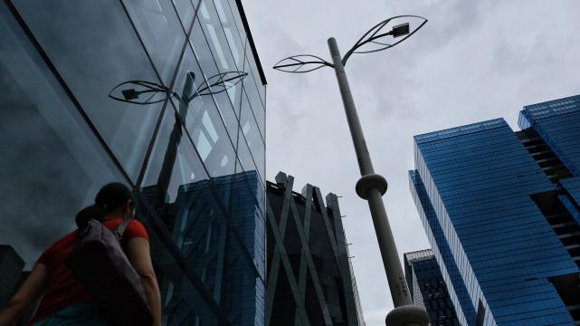 香港自2019年7月啟動智能燈柱試驗計劃,但這些在部分地區街頭豎立的智慧燈柱,引起許多民眾對於隱私與監控的質疑;示威者也曾因此破壞並拆解燈柱。(攝影/陳朗熹)