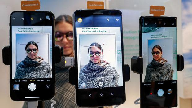 2018年2月28日,西班牙舉辦的世界移動通信大會上正展示一款使用聯發科設計Helios手機處理器的智能電話。(路透社)