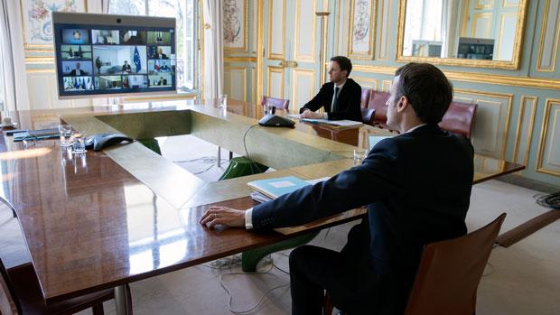 2020年3月26日,法國總統馬克龍與歐盟成員國首腦舉行視像會議,商討新冠肺炎應對方案。(法新社)