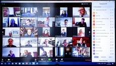 2020年3月31日,英國首相府唐寧街10號發布照片,展示疫情下首相約翰遜與幕僚透過Zoom舉行視像會議討論國事。約翰遜早前確診新冠肺炎,目前仍在隔離。(法新社)