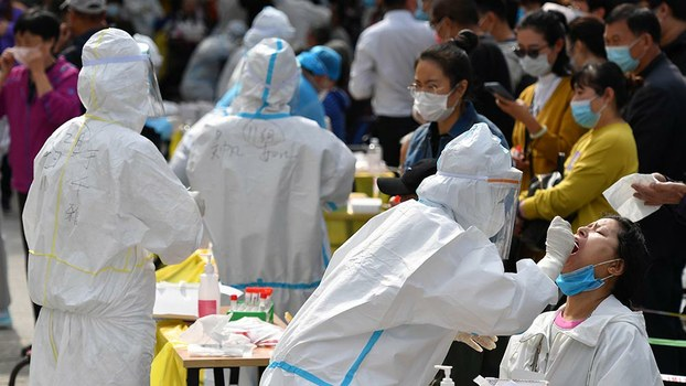 十一長假後再度爆發新冠疫情的山東省青島市,啟動了全市新冠病毒普篩。(AFP / 2020年10月13日)