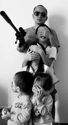 王藏在朋友圈發布了一張和孩子們的照片,被官方認為影射政府的專制管控。(王麗提供 / 拍攝日期不詳)