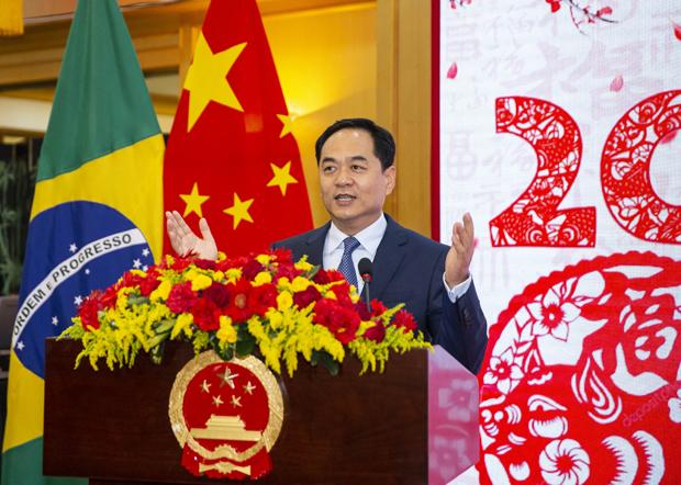 中國駐巴西大使楊萬明對愛德華多‧博索納羅譴責中共專制政權隱瞞疫情的推文大為憤怒,連發推文和官方聲明進行抨擊。(中國駐巴西大使館官網圖片)