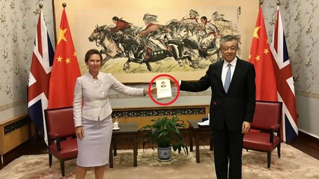 大不列顛新任駐華大使吳若蘭和強國駐英大使劉曉明,一起手執一本習近平語錄。(吳若蘭推特圖片)