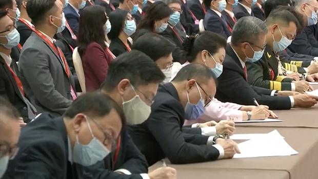 在習大大於大會發言期間,鏡頭拍攝到多名香港官員在密密抄筆記。(網絡視頻截圖)