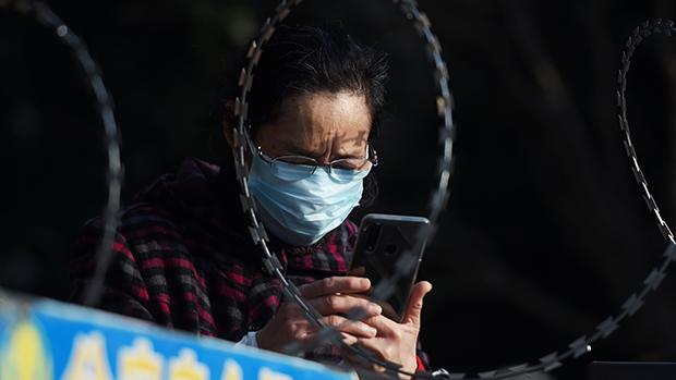 一名使用手機的武漢居民。(路透社資料圖片)