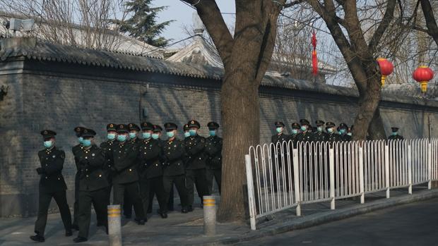 防疫時期北京軍人均配戴口罩。(路透社資料圖片)