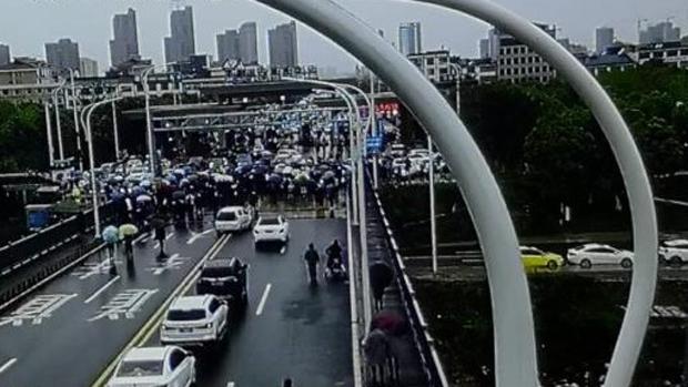 長江一橋的監控顯示,憤怒的湖北民眾衝向九江方向。(知情人提供)
