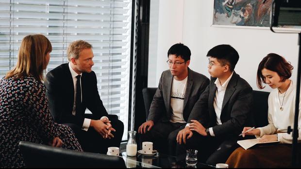 2019年9月10日,德国自民党(FDP)主席林德纳(Christian Lindner)(左二)、德国国会人权委员会主席延森(Gyde Jensen)(左一)与香港众志成员黄之锋(右二)、黄奕武(中)等人会面。林德纳呼吁默克尔藉机表达出明确的支持香港民主、人权、「一国两制」原则的信号。(林德纳推特图片)