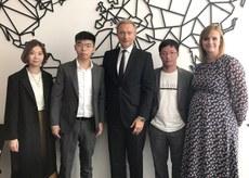 2019年9月10日,德国自民党(FDP)主席林德纳(Christian Lindner)(中)、德国国会人权委员会主席延森(Gyde Jensen)(右一)与香港众志成员黄之锋(左二)、黄奕武(右二)等人会面。(黄之锋脸书图片)