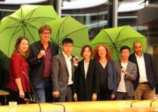 2019年9月10日,正在德国访问的黄之锋和同伴与德国绿党议员鲍泽(Margarete Bause)(右三)等人会面。鲍泽表示与香港人民站在一起。(鲍泽推特图片)