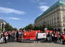 2019年8月17日,柏林勃蘭登堡門前的聲援香港集會,在德中國小粉紅到場抗議。(吳亦桐提供)