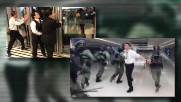 香港五名保安员被警方以涉嫌阻差办公罪逮捕。 网上影片可见,事发时,一批防暴警员要求进入新港城中心商场,商场的几名保安员「顶住」玻璃门不让警员进入。之后警员闯进商场,期间撞开一名张开手的保安员。(网上视频截图)