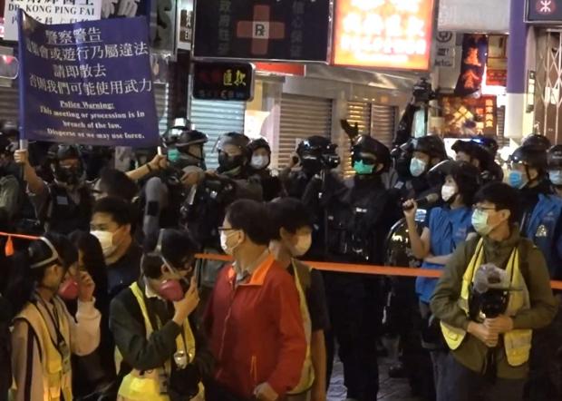 警方於831七周月紀念活動中驅趕市民。(鄧穎韜 攝)