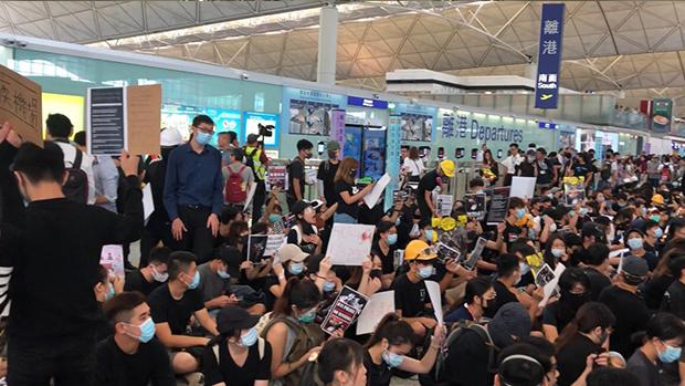 继周一万人于机场集会,周二(13日)再有市民于机场聚集,机管局更宣布所有航班登记服务已于下午四时半暂停。(文海欣 摄 / 2019年8月12日)