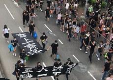 2019年8月18日,有市民前往集会时拉起横额。(刘少风 摄)
