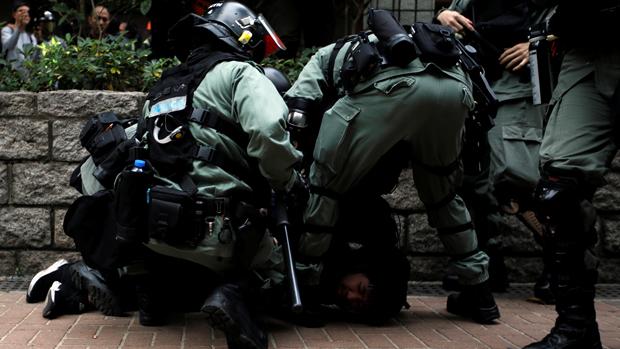 香港民主党向财政司长建议缩减警队编制,并向全民派钱1万港元。(路透社资料图片)