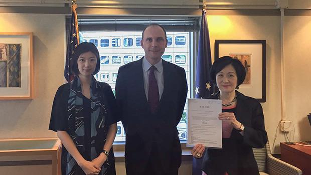 2019年9月9日,新民党主席叶刘淑仪(右)和副主席容海恩(左)拜访新任美国驻港总领事史墨客(Hanscom Smith),反对美国国会通过《香港人权与民主法案》。(新民党提供)