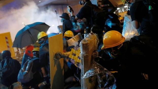 陈子谋被指出现在7月28日的上环的反修例运动现场,警方当时拘捕了49人。(路透社 / 2019年7月28日)