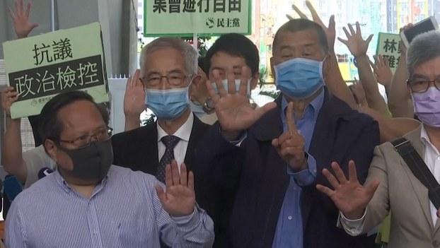 15名民主派社運人士被控於去年8月及10月的反修例遊行中,「煽惑、組織或參與未經批准集結」等罪名,案件周一在西九龍裁判法院提堂。(路透社)