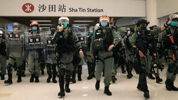 中共港澳辦高調回應,稱「黑暴一日不除,香港一日不寧」。圖為香港警察在五一假期加強部署,驅散示威者。(路透社資料圖片)