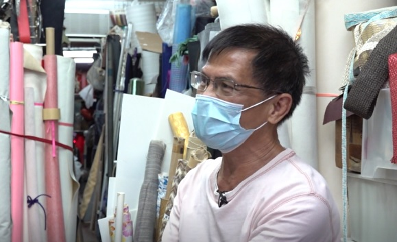 布行老闆禮哥坦言布藝已是夕陽行業,但希望新店進駐能帶旺社區。(鄧穎韜 攝)