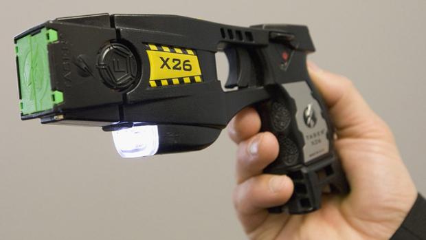 香港警方研究引入电枪作为装备,初步倾向冲锋队先用。(美联社资料图片)