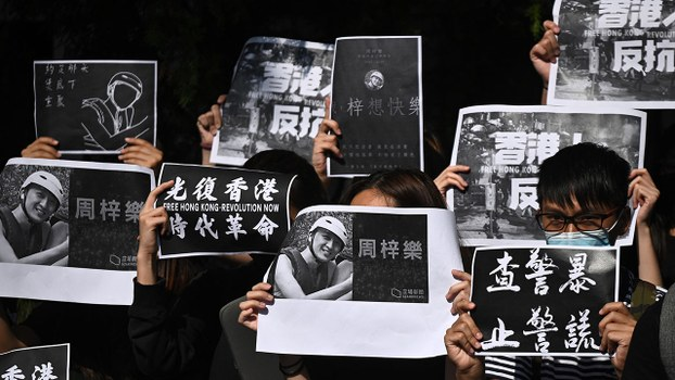 周五(8日),科大学生游行到校长史维的住所,表示要「提醒他再反思校长要做甚么」。(AFP)