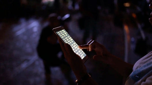 2019年9月13日,香港示威者趁中秋節發起活動,期間以手機跟唱《榮光歸香港》。(路透社)