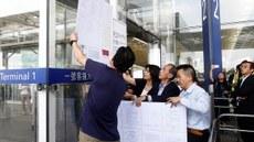 法庭执达吏周三(14日)下午在一号客运大楼张贴临时禁制令,并开始实施管制措施。(Reuters)