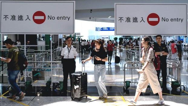 机管局周二(13日)取得临时禁制令,禁止任何人在机场阻碍或干扰机场的正常使用。机场客运大楼继续实施进出管制安排,登机柜位设置铁栏,持有24小时内离港机票或登机证、有效旅游证件等人士才可进入。(AFP)