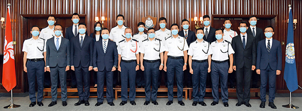 香港警務處處長鄧炳強(下排左六)在9月4日頒發晉升函件給20名人員。(《警聲》圖片)